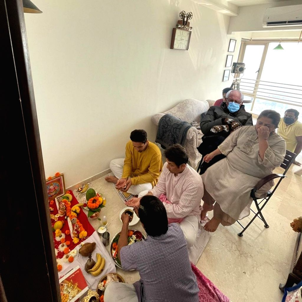 When #BernieSanders joined Adhyayan Suman's housewarming puja.(Photo:instagram)i