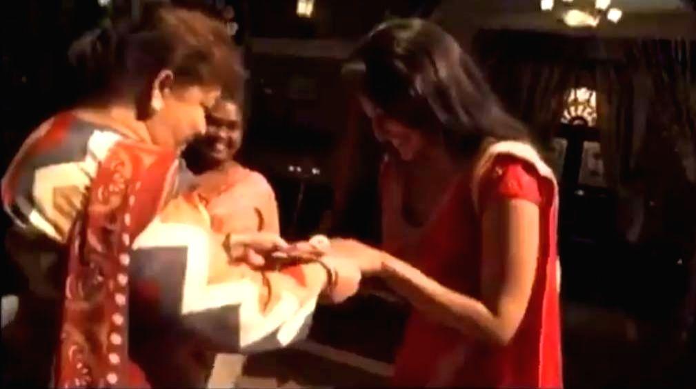 When Saroj Khan gave Sonakshi Sinha a priceless token of appreciation. - When Saroj Khan and Sonakshi Sinha