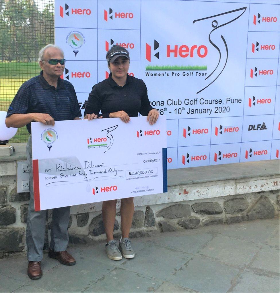 Winner Ridhima Dilawari receiving winners cheque from Poona Club Gold Course Chairman (Tournaments) Pradip Nadkarni during 2020 Hero Women's Pro Golf Tour in Pune on Jan 10, 2020.