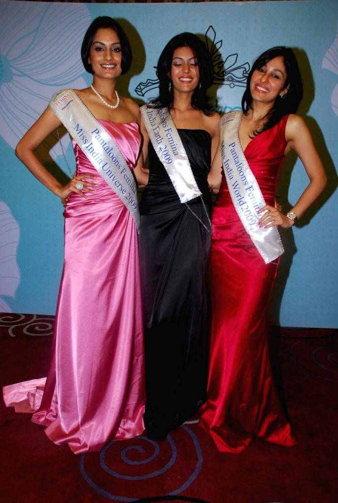 Winners of the Pantaloons Femina Miss India 2009 contest posing for shutterbugs.