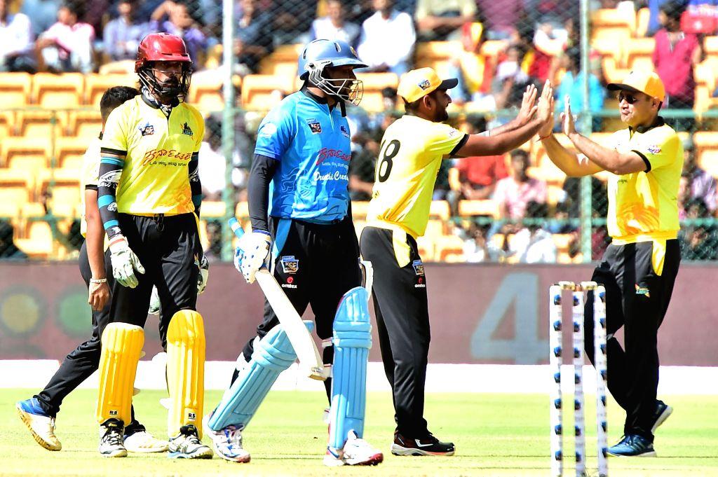 Wodeyar Chargers' T Dillshan, Kadamba Lions' Sudeep and Virendra Sehwag during Kannada Chalanachitra Cup at M. Chinnaswamy Stadium, in Bengaluru on Sept 8, 2018.