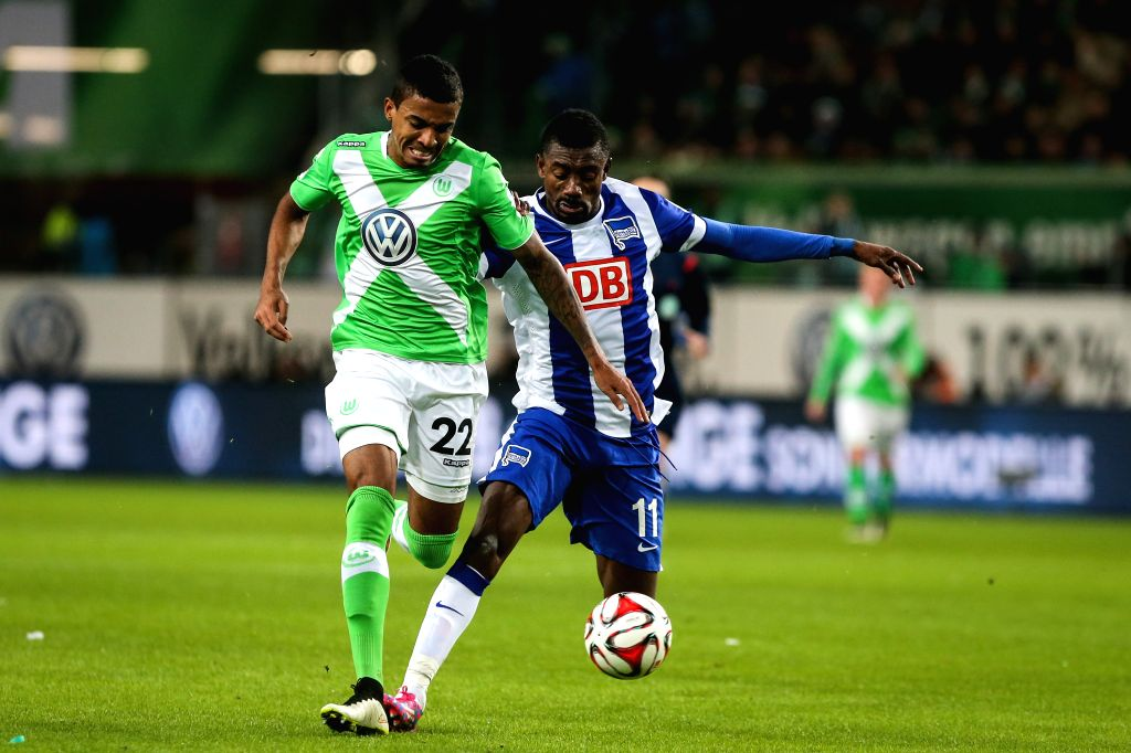 Luiz Gustavo (L) of VfL Wolfsburg vies with Salomon Kalou of Hertha BSC during their German first division Bundesliga football match in Wolfsburg, central ...