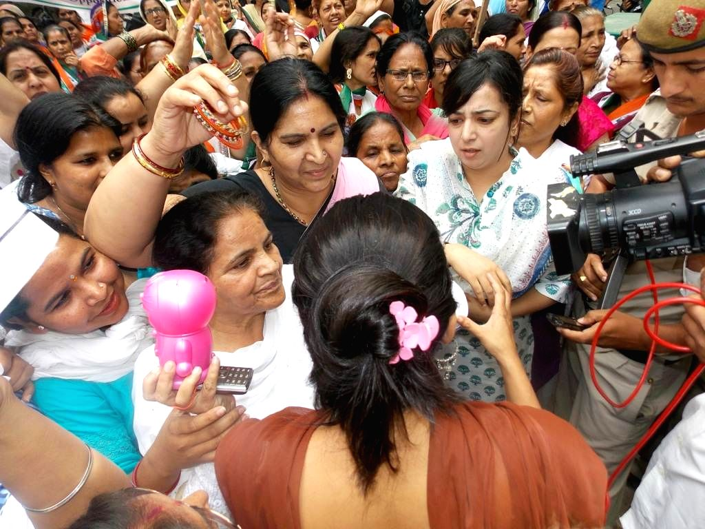 Women Congress municipal councillors from East Delhi Municipal Corporations during a demonstration outside Subramanian Swamy's residence in New Delhi on April 17, 2014.