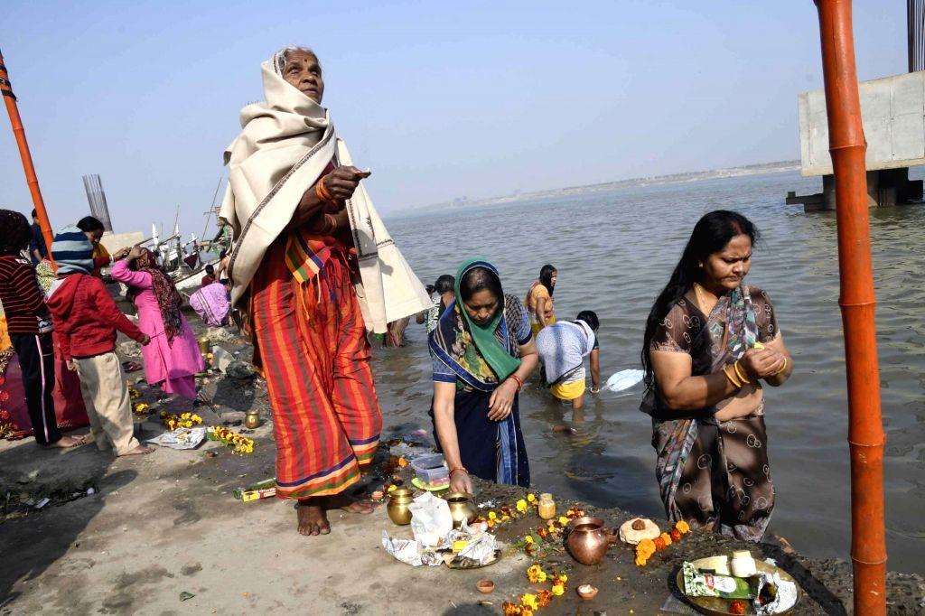 Women perform rituals on the banks of Ganga river on Mauni Amavasya in Patna on Feb 4, 2019.