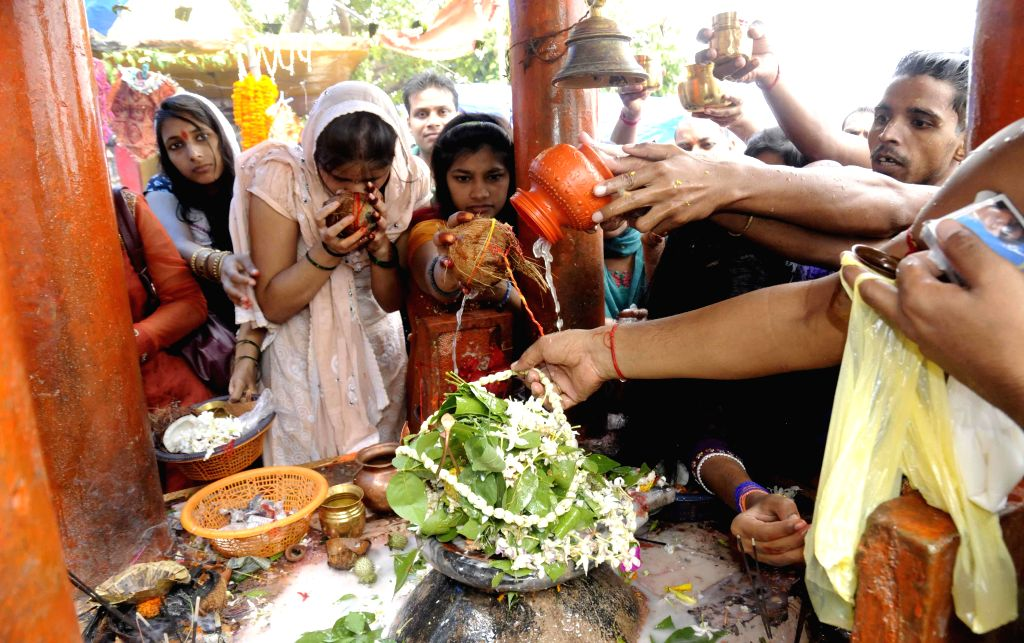 Women perform rituals on the last Monday of the holy month of Sawan in Patna on Aug 4, 2014.
