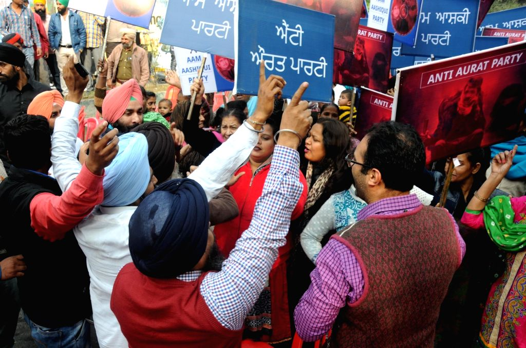 Women wing of Congress workers stage a demonstration against Delhi Chief Minister Arvind Kejriwal during AAP's rally in Amritsar on Nov 30, 2016. - Arvind Kejriwal