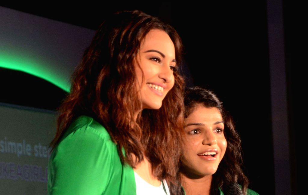 Wrestler Sakshi Malik and actress Sonakshi Sinha during a programme in Mumbai on Sept 20, 2016. - Sonakshi Sinha and Malik