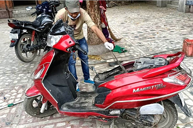 WSOS rescuer safely extracting the cobra from  the scooter.