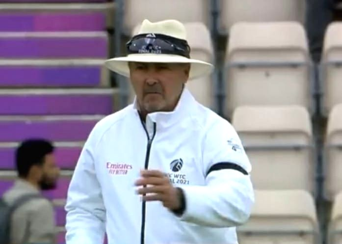 WTC final: Umpire Illingworth helps NZ save a review.(photo:ICC Twitter)