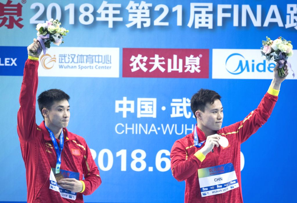 WUHAN, June 5, 2018 - China's Cao Yuan (L) and Xie Siyi wave to the spectators during the awarding ceremony for the men's 3m springboard synchronised final at the FINA Diving World Cup 2018 in Wuhan, ...