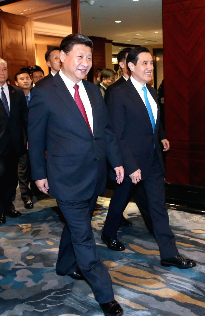 :Xi Jinping (L) and Ma Ying-jeou walk to the venue for their meeting at the Shangri-La Hotel in Singapore, Nov. 7, 2015.   (dhf).