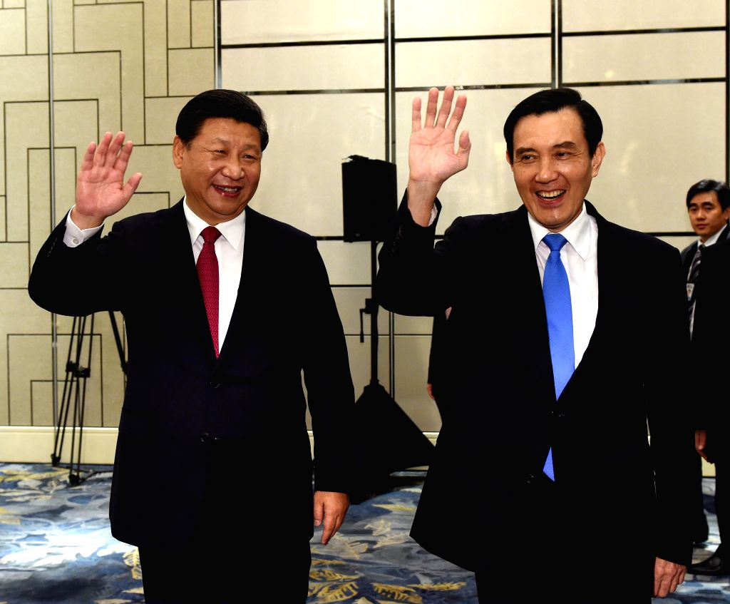 : Xi Jinping (L) and Ma Ying-jeou wave hands during their meeting at the Shangri-La Hotel in Singapore, Nov. 7, 2015.   (dhf).