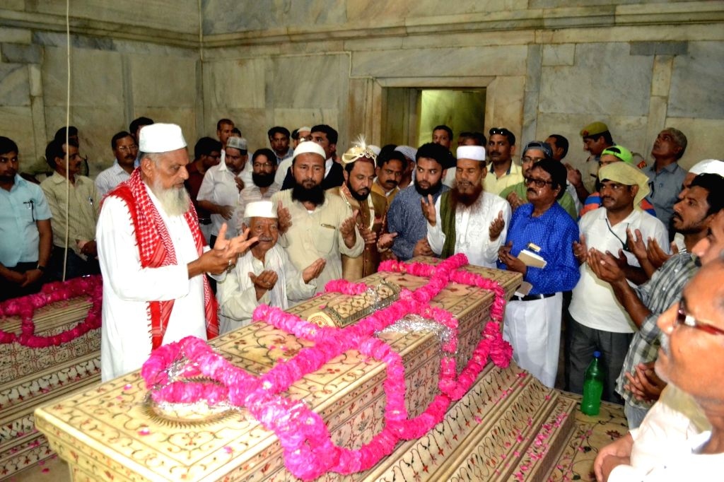 Yakub Habeebuddin Tusi of Hyderabad who claims to be the great grandson of the last Mughal emperor Bahadur Shah Zafar during the annual Urs of Mughal emperor Shah Jahan at the Taj Mahal in Agra ... - Bahadur Shah Zafar