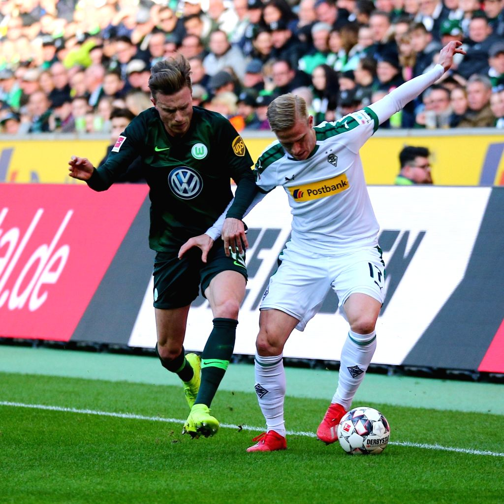 Yannick Gerhardt (L) of Wolfsburg vies with Oscar Wendt of Moenchengladbach during the Bundesliga match between Borussia Moenchengladbach and VfL Wolfsburg ...