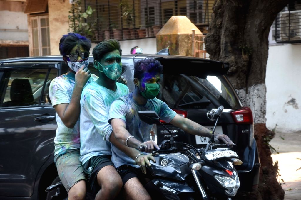 "- Youngsters  enjoy ""Rangpanchmi"" festival  (holi) at Dadar in Mumbai on Monday March 29, 2021   (Photo: IANS) -"