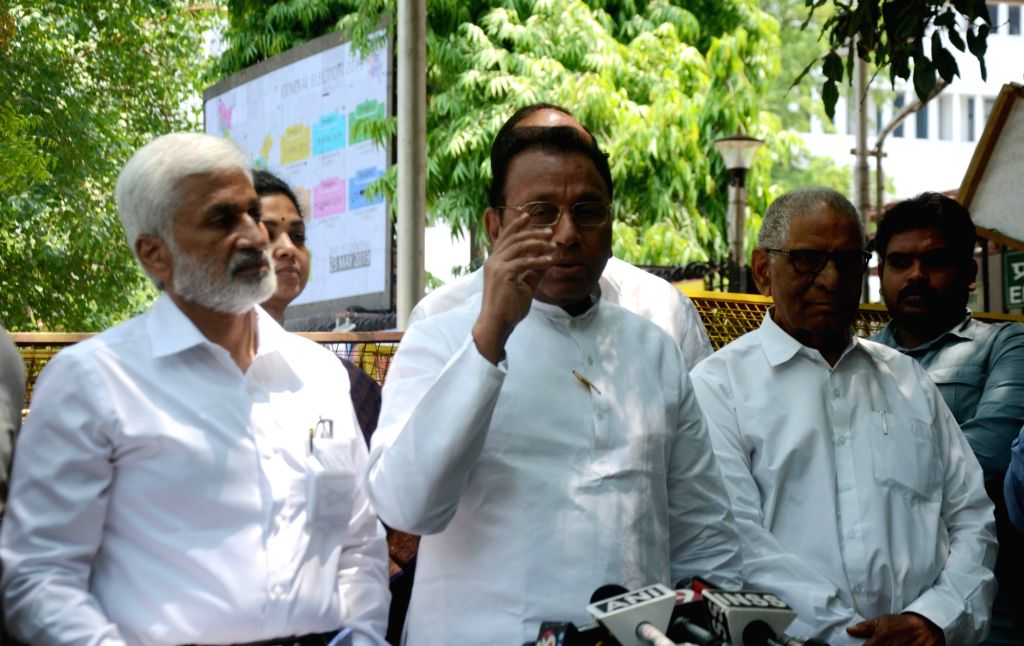 YSR Congress Party (YSRCP) leader Mekapati Rajamohan Reddy accompanied by party leaders V. Vijayasai Reddy and Ummareddy Venkateswarlu, talks to media persons after meeting the Chief ... - Mekapati Rajamohan Reddy and V. Vijayasai Reddy