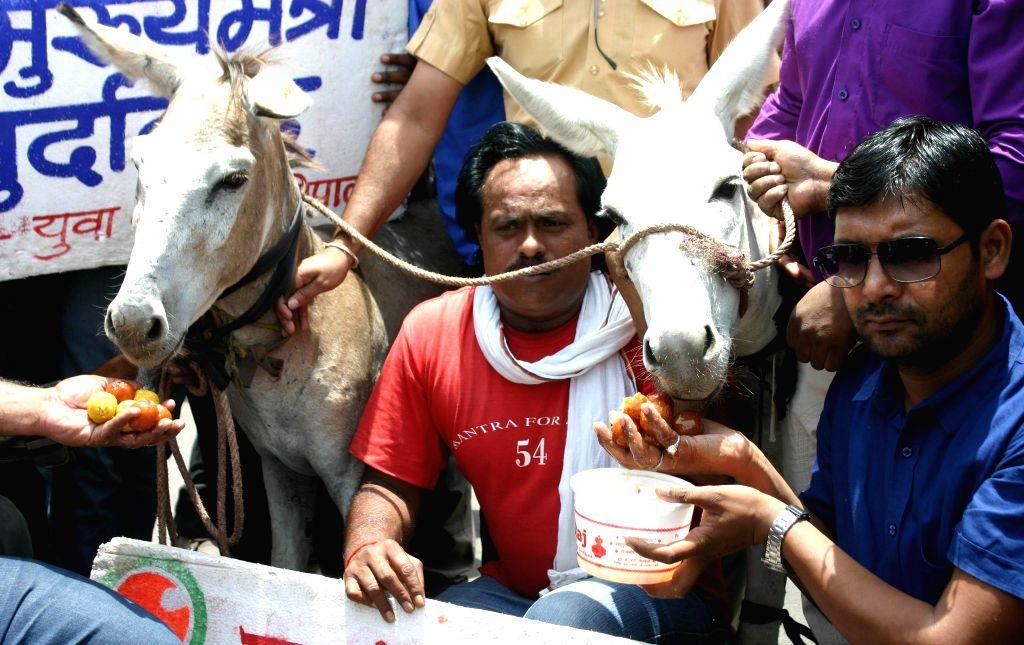 Yuva Congress activists stage a demonstration against Madhya Pradesh Chief Minister Shivraj Singh Chouhan in Bhopal on June 22, 2014. - Shivraj Singh Chouhan