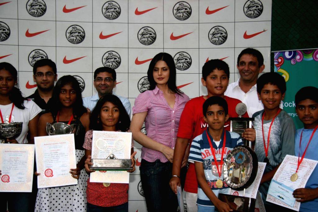 Zarine Khan at tennis academy event at Xaviers.