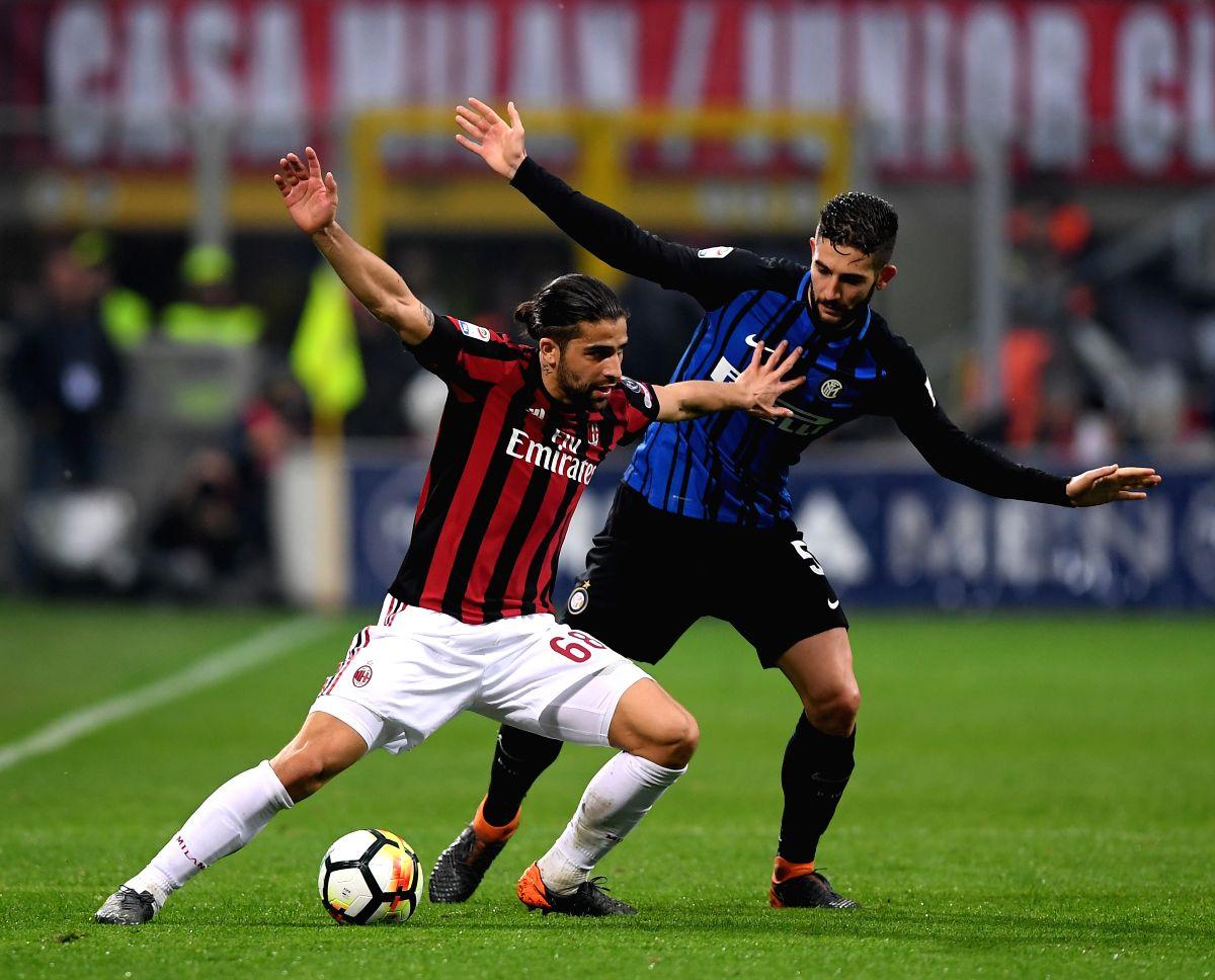 :(180405)-- MILAN, April 5, 2018AC Milan's Ricardo Rodriguez (L) vies with Inter Milan's Roberto Gagliardini during the Serie A soccer match between AC Milan and Inter Milan ...