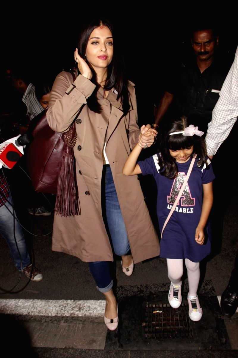 Pair your casual jeans with a long jacket to copy Aishwarya's  airport look