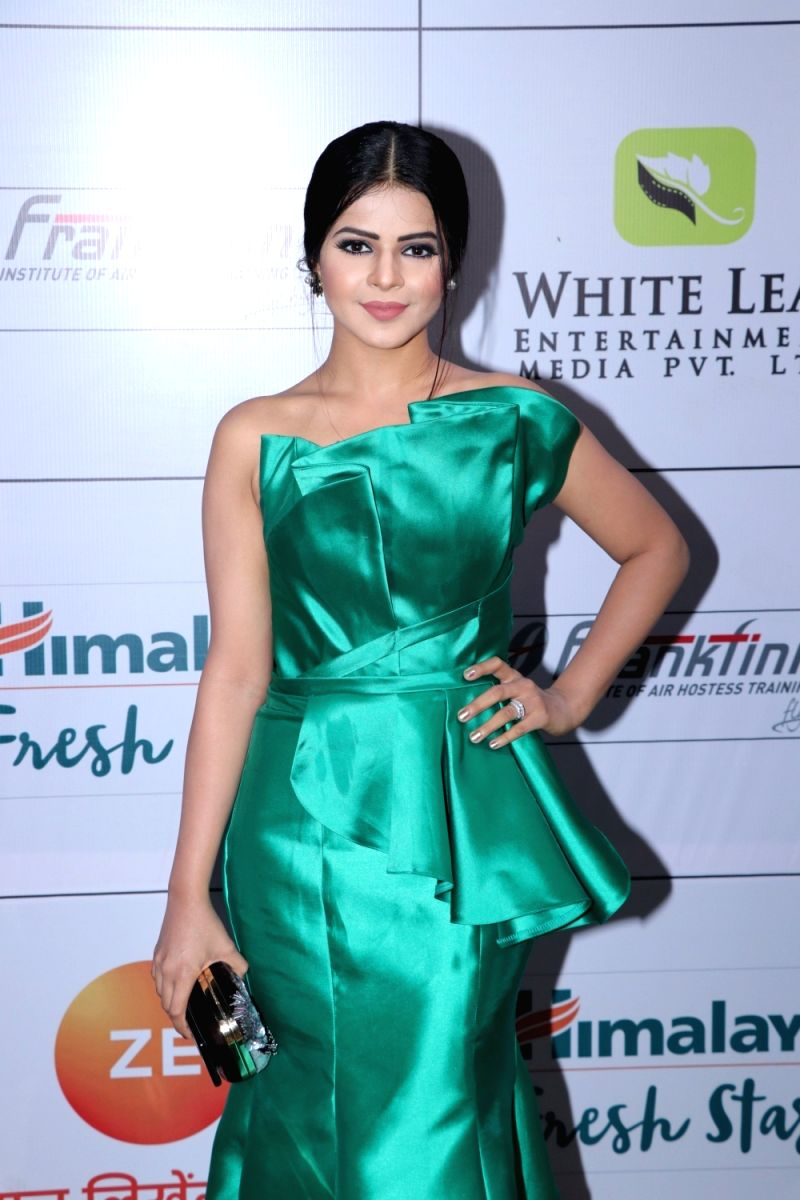 Jigyasa looks ravishing in this lovely green mermaid gown. Her makeup goes splendidly well with her attire.