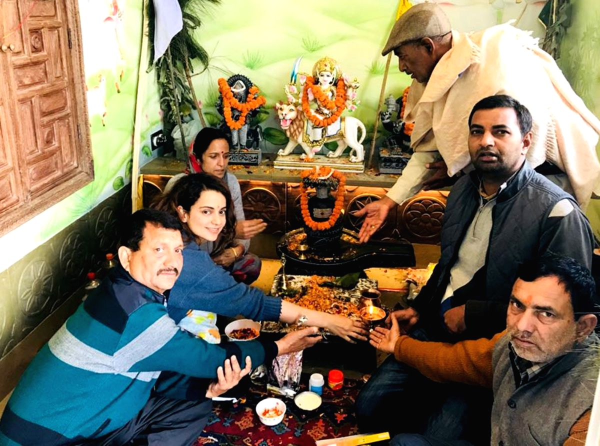 Kangana's family's pics are rarely seen. Here is a shot from her housewarming ceremony