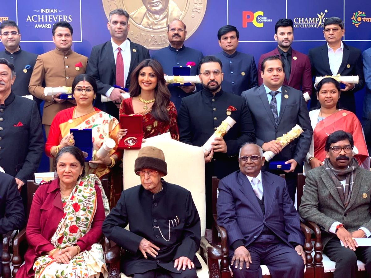 Actress Shilpa Shetty with her husband Raj Kundra, Former President Pranab Mukherjee and other dignitaries at the Indian Achievers Awards.