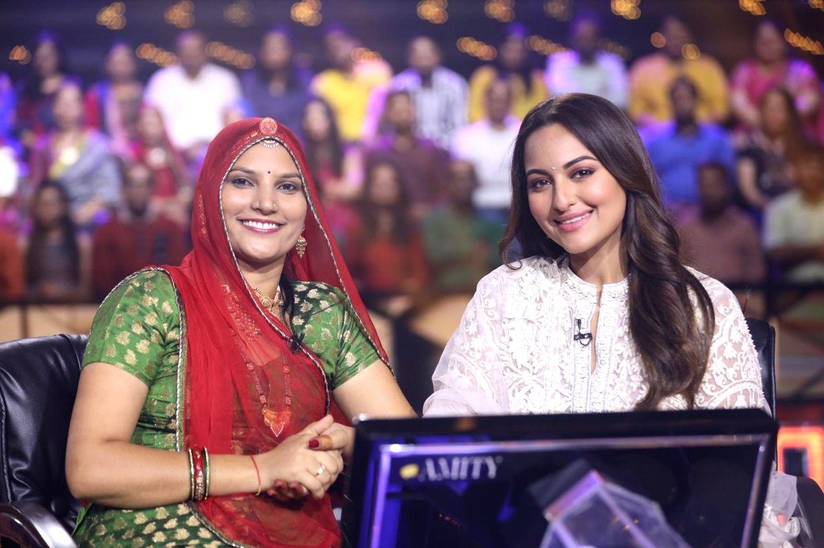 Actress Sonakshi Sinha with Rajasthani artisan Ruma Devi and Kaun Banega Crorepati host Amitabh Bachchan on the sets of the show.
