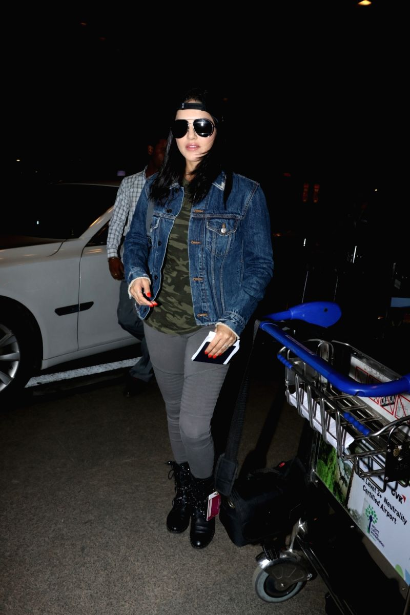 Sunny Leone look effortlessly chic and casual in this airport look