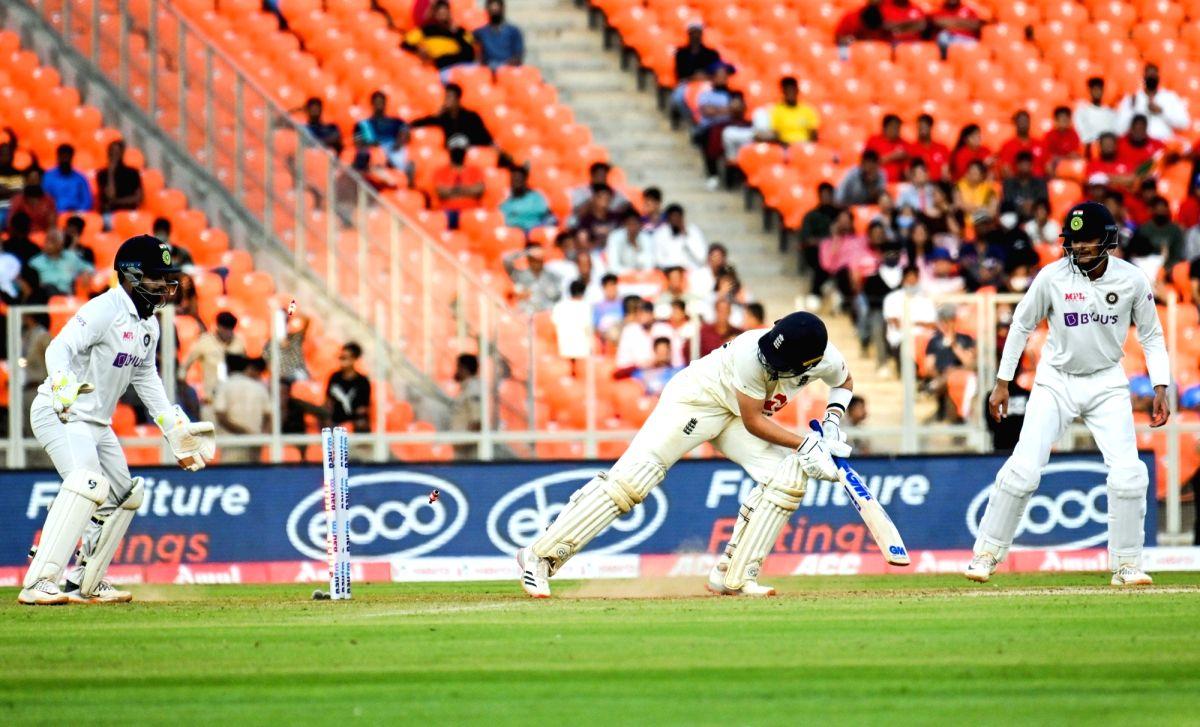 Batsmen struggle to get a hang of skiddy pink ball