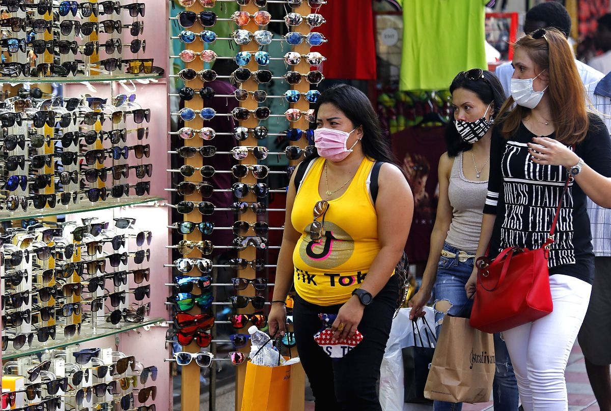 Beirut, Aug. 30, 2020 (Xinhua) -- People wearing face masks walk on a street in Beirut, Lebanon, on Aug. 30, 2020. Lebanon's number of COVID-19 cases increased on Sunday by 595 to 16,870 while the death toll went up by five to 160, the Health Ministr