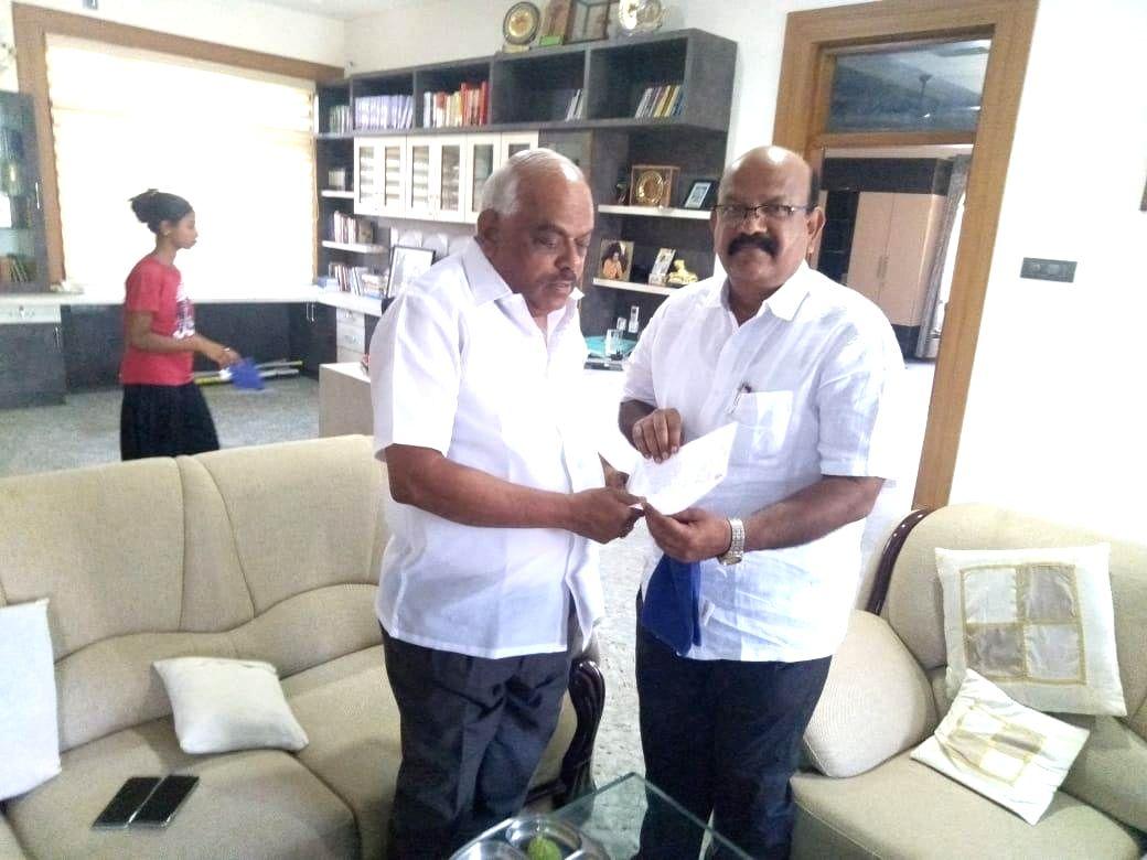 Bengaluru: Karnataka Congress MLA Umesh Jadhav (right) from Chincholi Assembly segment submits his resignation to Karnataka Assembly Speaker K.R. Ramesh Kumar at Kolar, near Bengaluru on March 4, 2019.