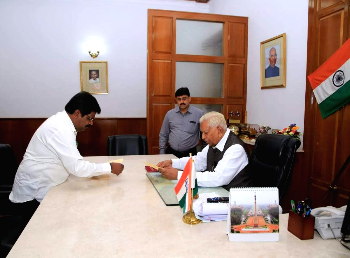 Bengaluru: Karnataka's Small-Scale Industries Minister H. Nagesh submits his resignation to the state Governor Vajubhai Vala at Raj Bhavan, in Bengaluru on July 8, 2019. Nagesh resigned and also withdrew support to the 13-month-old Congress-JD-S coal