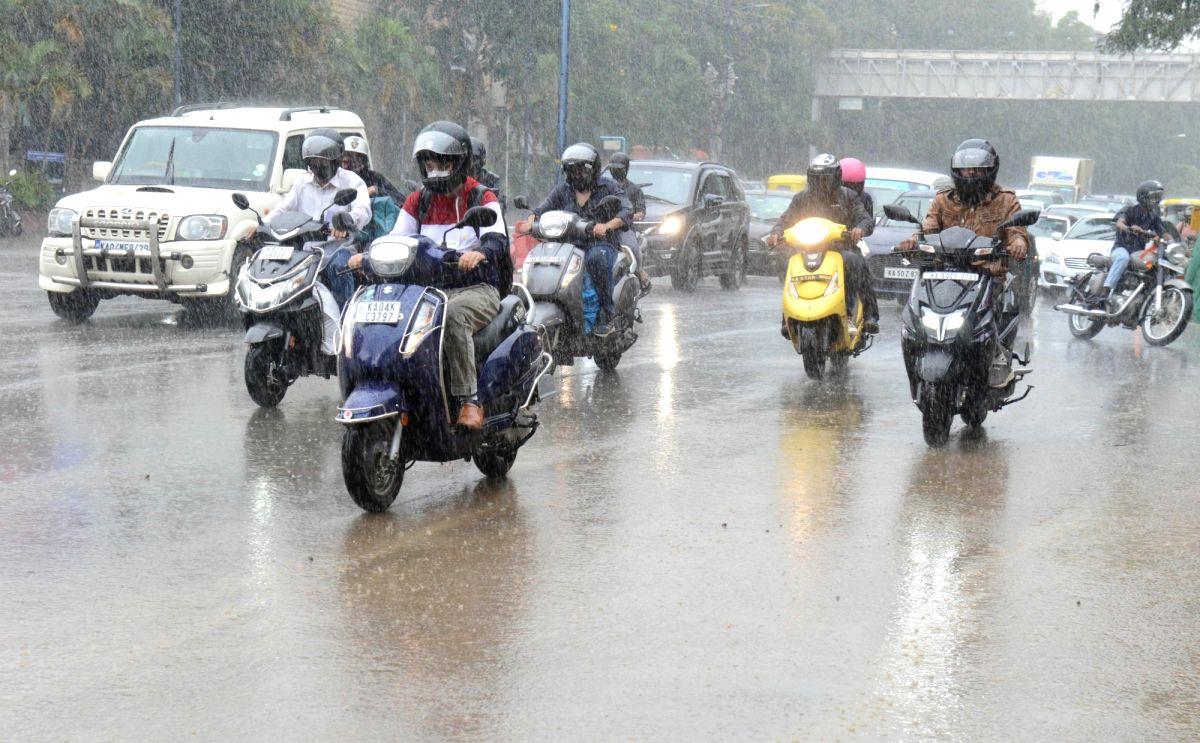 Bengaluru: Rains lash Bengaluru on Jan 6, 2021. (Photo: Dhananjay Yadav/IANS)