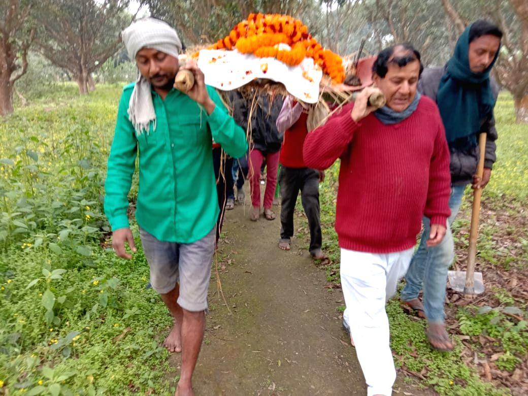 Bihar family gives ritualistic final farewell to pet dog