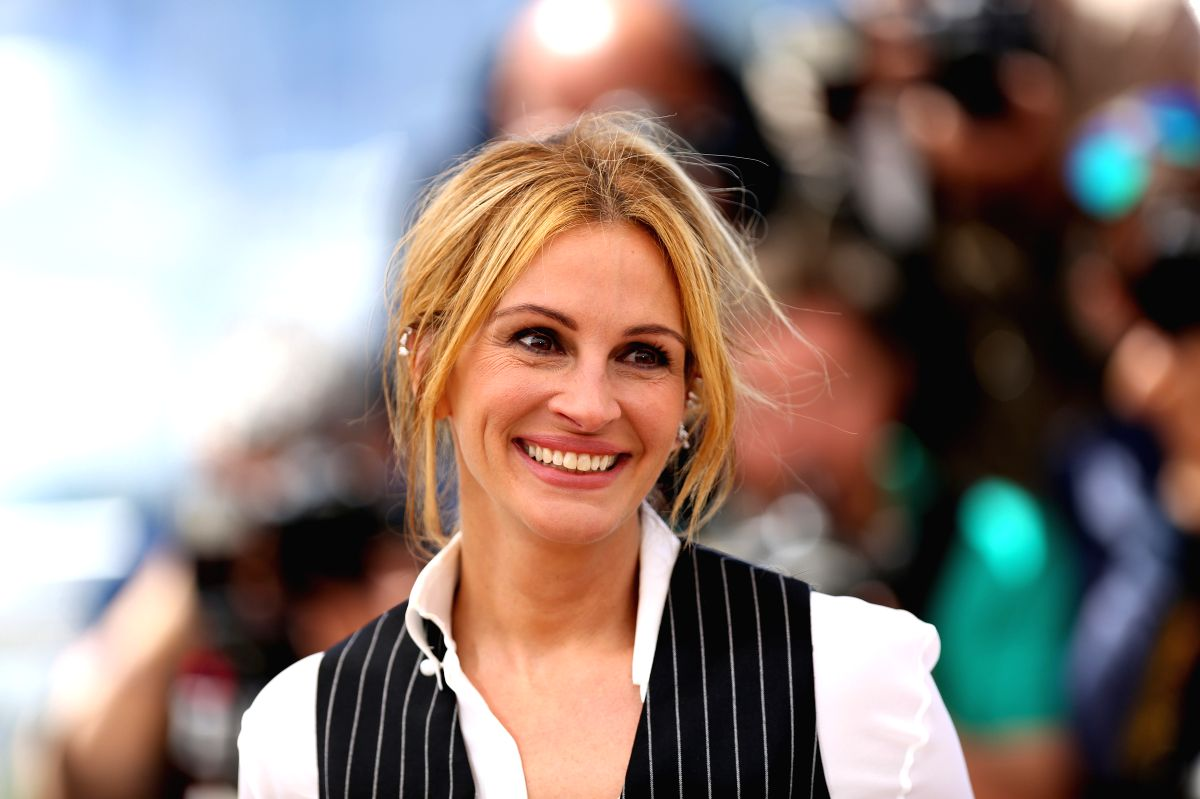"CANNES, May 12, 2016 (Xinhua) -- Cast member Julia Roberts poses during a photocall for the film ""Money Monster"" during the 69th Cannes Film Festival in Cannes, France, May 12, 2016. (Xinhua/Jin Yu/IANS)"
