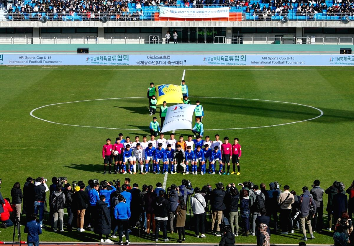 CHUNCHEON, Oct. 29, 2018 (Xinhua) -- Players of South Korea and the Democratic People's Republic of Korea (DPRK) pose for photos before the Ari Sports Cup U-15 International Football Tournament match between April 25 team of DPRK and Gangwon provinci