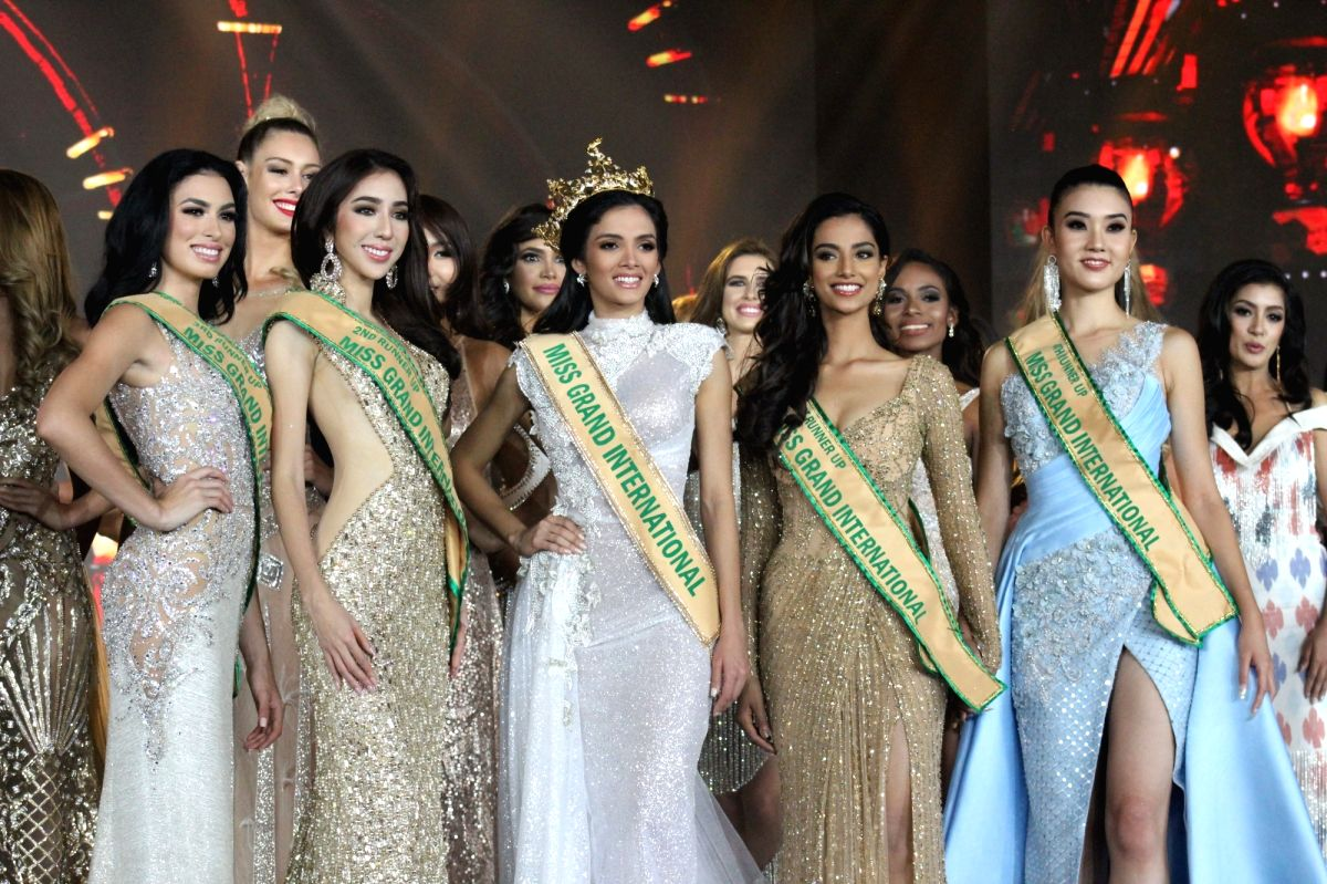 :Clara Sosa of Paraguay, who was crowned Miss Grand International 2018 with Meenakshi Chaudhary (1st runner up), Miss Grand Indonesia Nadia Purwoko (2nd runner up), Miss Grand Puerto Rico Nicole ...