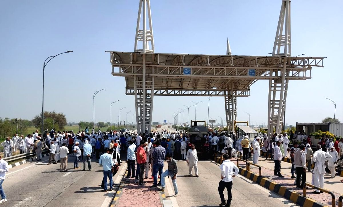 Farmers block KMP e-way to mark 100 days of protest