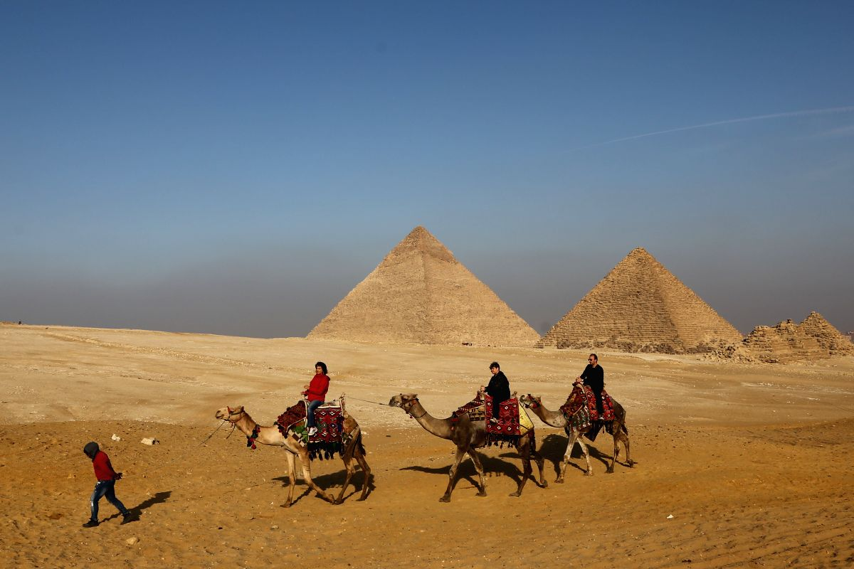 GIZA (EGYPT), Jan. 12, 2019 (Xinhua) -- Tourists visit the Giza Pyramids in Giza Governorate, Egypt, on Jan. 12, 2019. (Xinhua/Ahmed Gomaa/IANS)