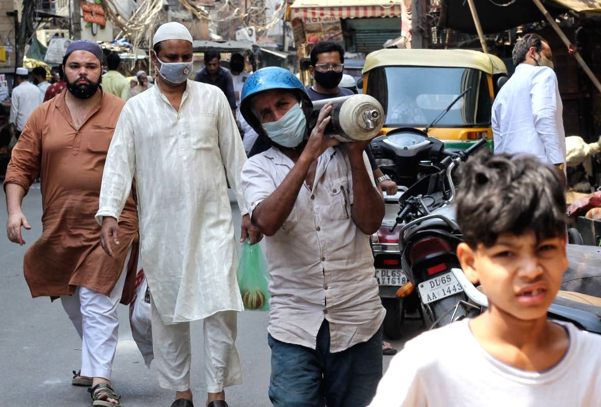 Good Samaritans distribute free oxygen in Delhi