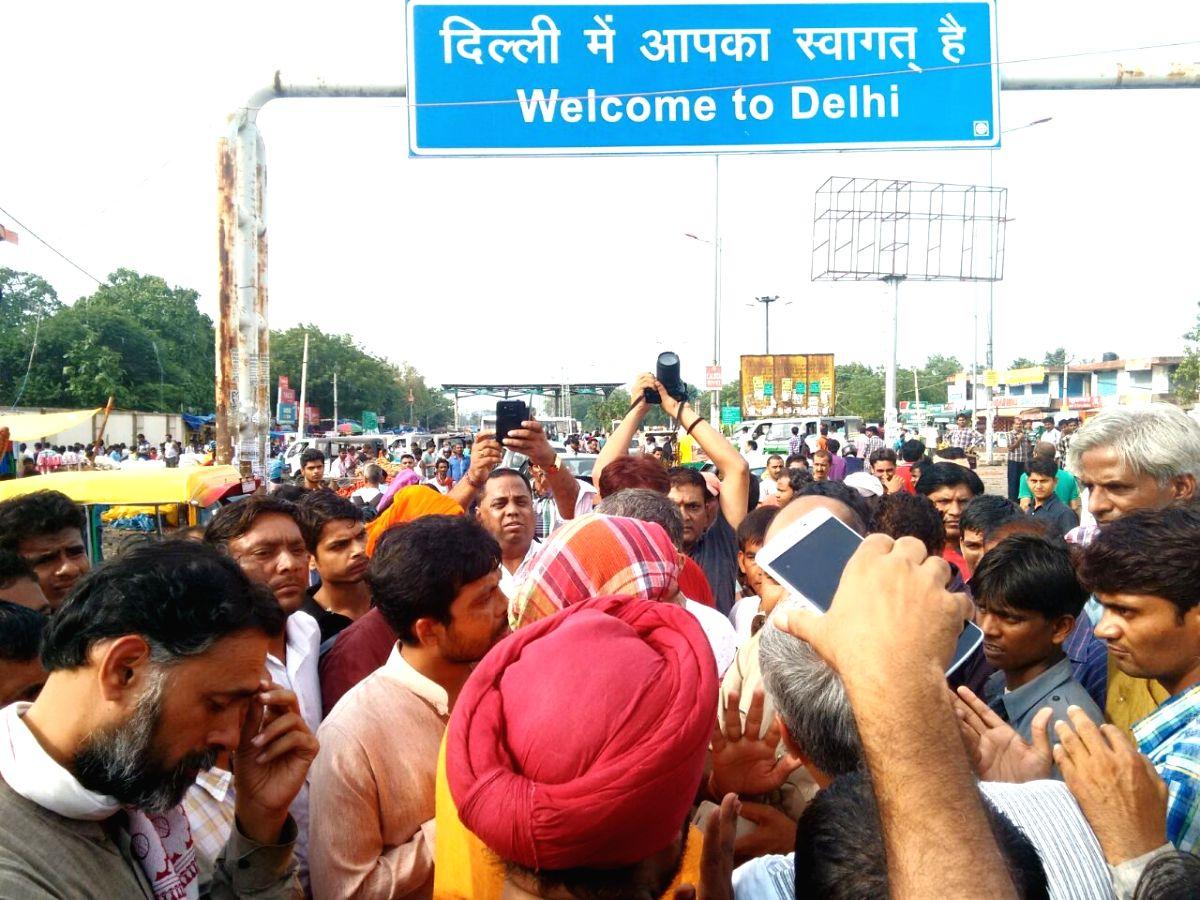 Gurgaon: Jai Kisan Andolan activists being stopped by police from entering Delhi at Delhi-Haryana border in Gurgaon on Aug 9, 2015.