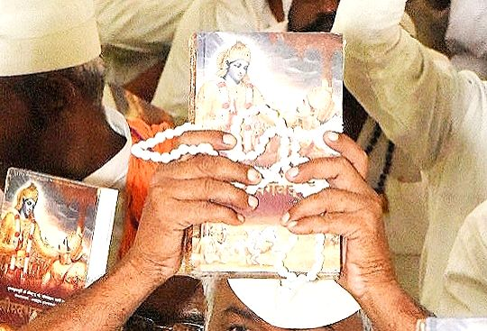 Gwalior jail inmates with the copies of Shrimad Bhagwat Geeta during a Geeta distribution programmne organised at the prison
