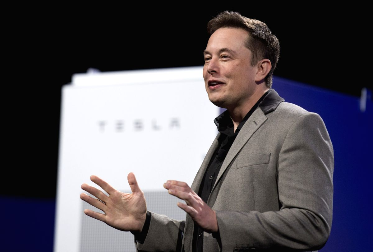 HAWTHORNE, May 1, 2015 (Xinhua) -- Elon Musk, CEO of Tesla, unveils a suit of batteries for homes, businesses, and utilities at Tesla Design Studio in Hawthorne, California, the United States, April 30, 2015. (Xinhua/Yang Lei/IANS)