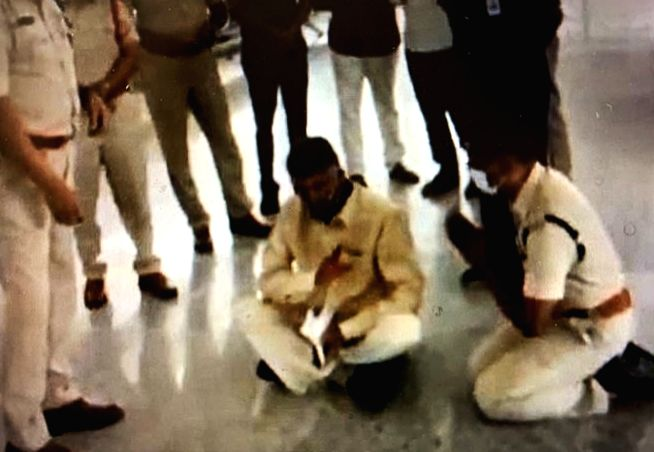 High drama at Tirupati airport as Naidu stages sit-in.(photo:Twitter)