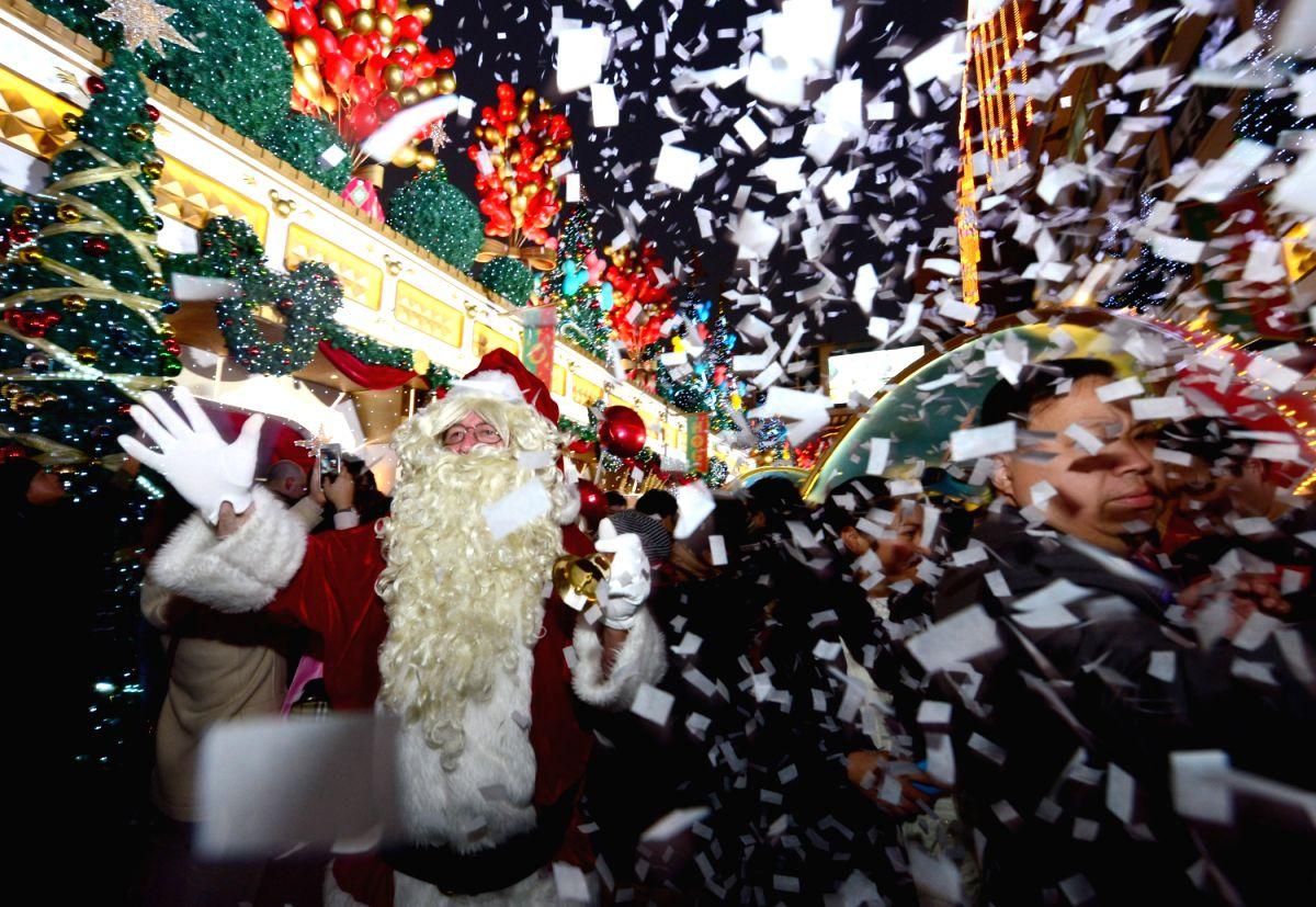 Santa and paper snow !!