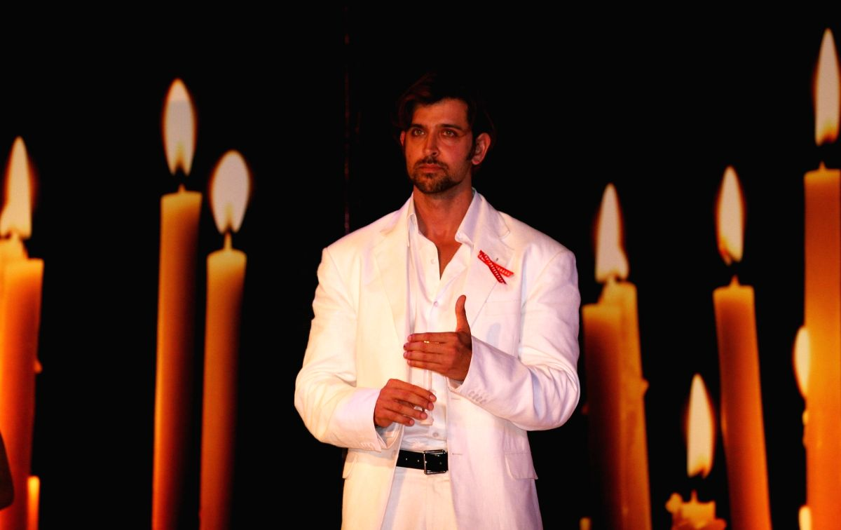 Hrithik Roshan (Bollywood celebrity) pays respect to AIDS heroes