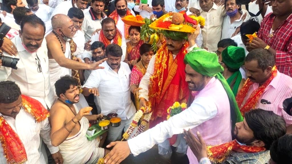 Hyderabad mayor worship to calm Musi River.