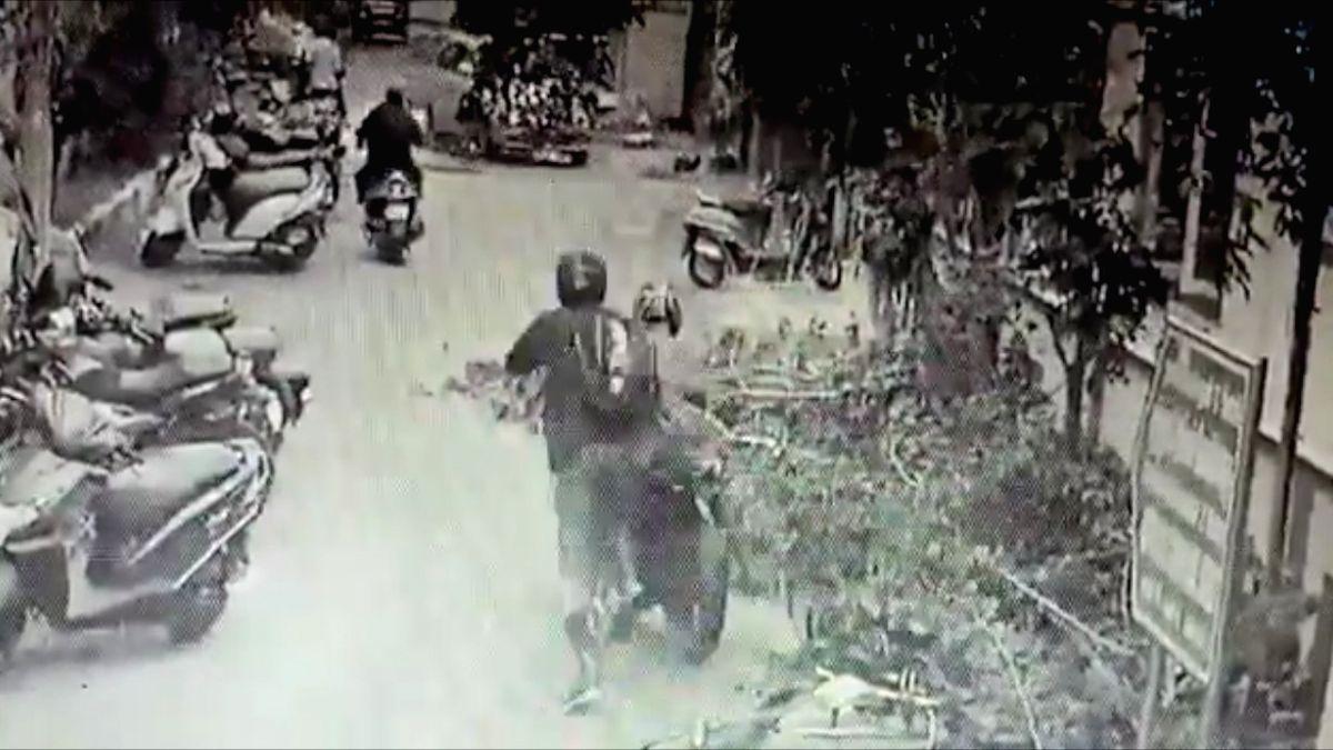 In filmy style, Chennai SI catches bike-borne phone snatcher.