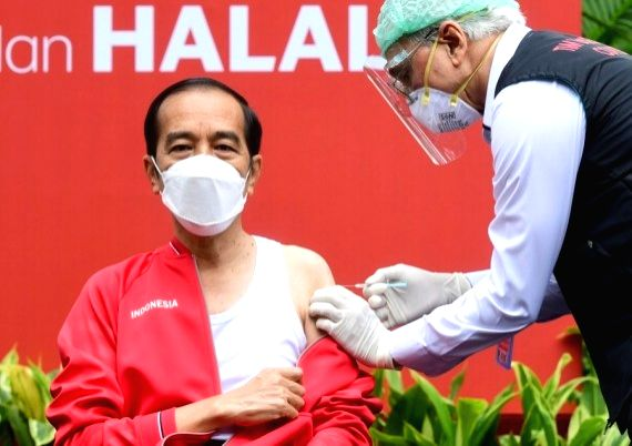 Indonesian President Joko Widodo (L) receives his second injection of the COVID-19 vaccine developed by China's biopharmaceutical company Sinovac Biotech at the Presidential Palace in Jakarta, Indonesia, Jan. 27, 2021. (Muchlis Jr/Presidential Press
